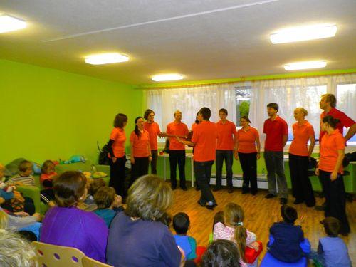 Sbor IMBUS přišel v adventním období zazpívat tetám i malým klokánkům.