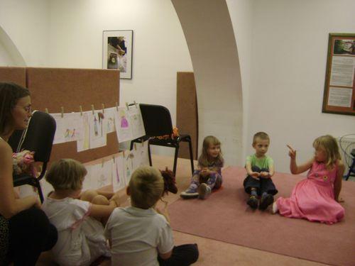 Hana Strejčková s dětmi před představením